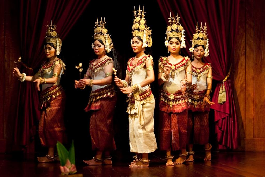 Frauen in traditioneller Kleidung beim Tanz in Kambodscha