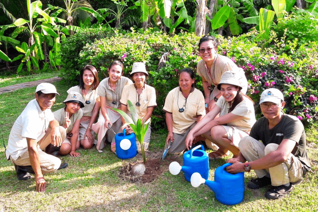Team vom Tongsai Bay pflanzt einen Baum