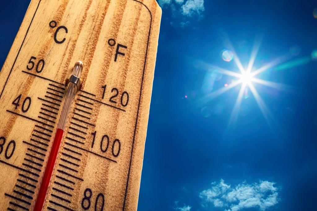 Hitzewelle: Temperatur auf Thermometer zeigt 40 Grad Celsius an