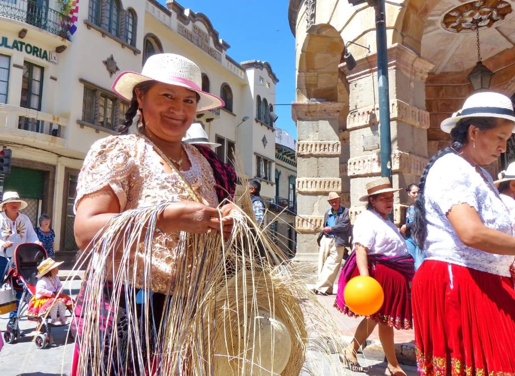 Frau flechtet einen Strohhut aus Toquilla in Ecuador