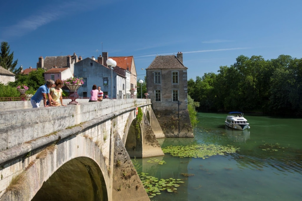 Brücke und Boot in Verdun sur le Doubs