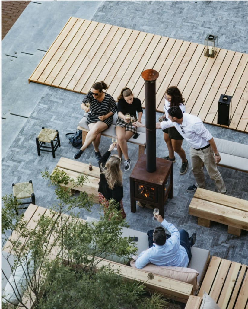 Freunde genießen auf der Terrasse des Vessel einen Drink