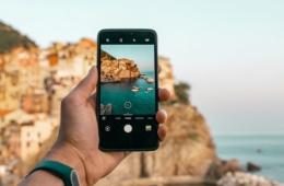 Besten Instagram-Spots: Person macht Foto mit Handykamera