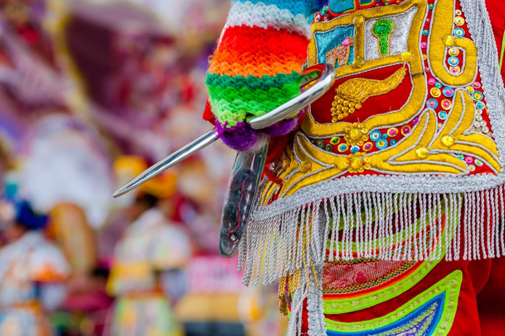 Mann hat Schere für Scherentanz in Peru