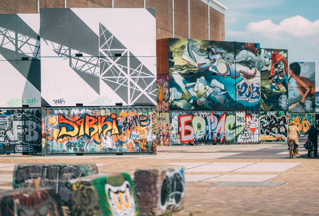 Viele Murals an Schiffscontainern in NDSM Amsterdam