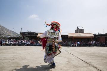 Mann beim Scherentanz in Peru