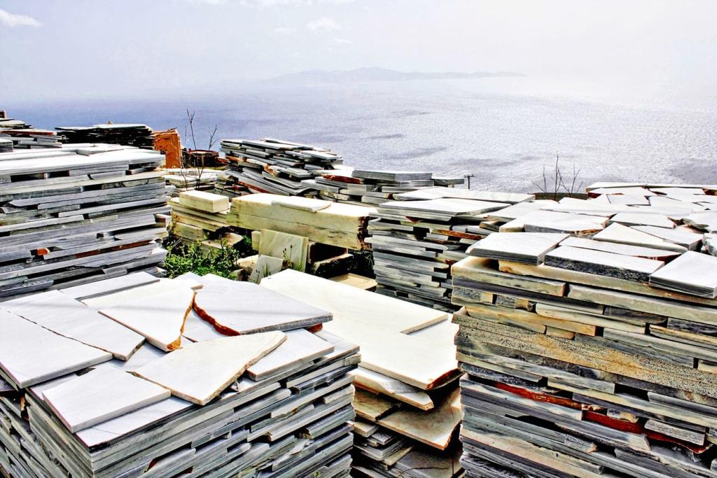 Stapel Marmor-Platten auf der Insel Tinos in Griechenland