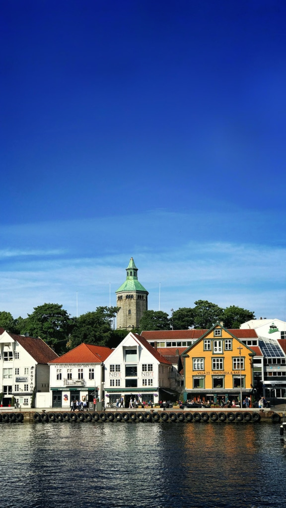 Blick vom Wasser auf die Stadt Stabanker in Norwegen bei blauem Himmel