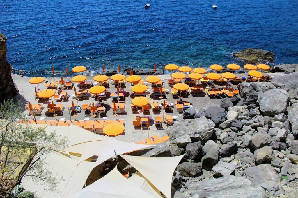 Gelbe Schirme und Liegen von oben fotografiert am Strand von Praiano