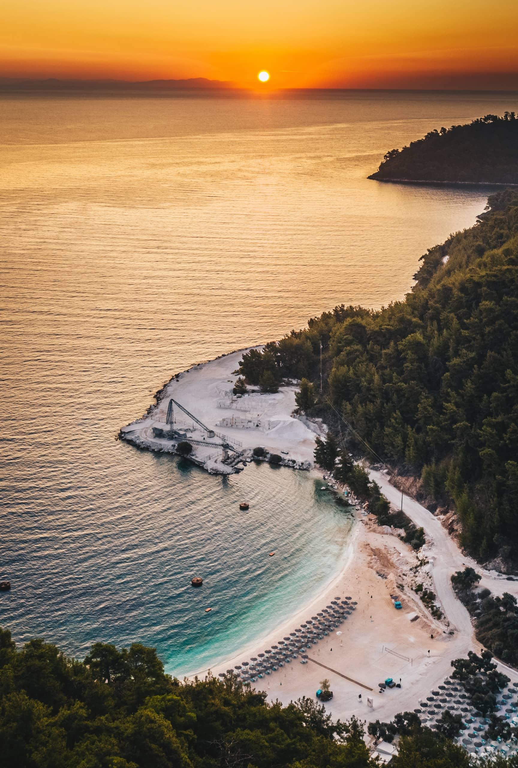 Sonnenuntergang in einer Bucht auf der griechischen Insel Thassos