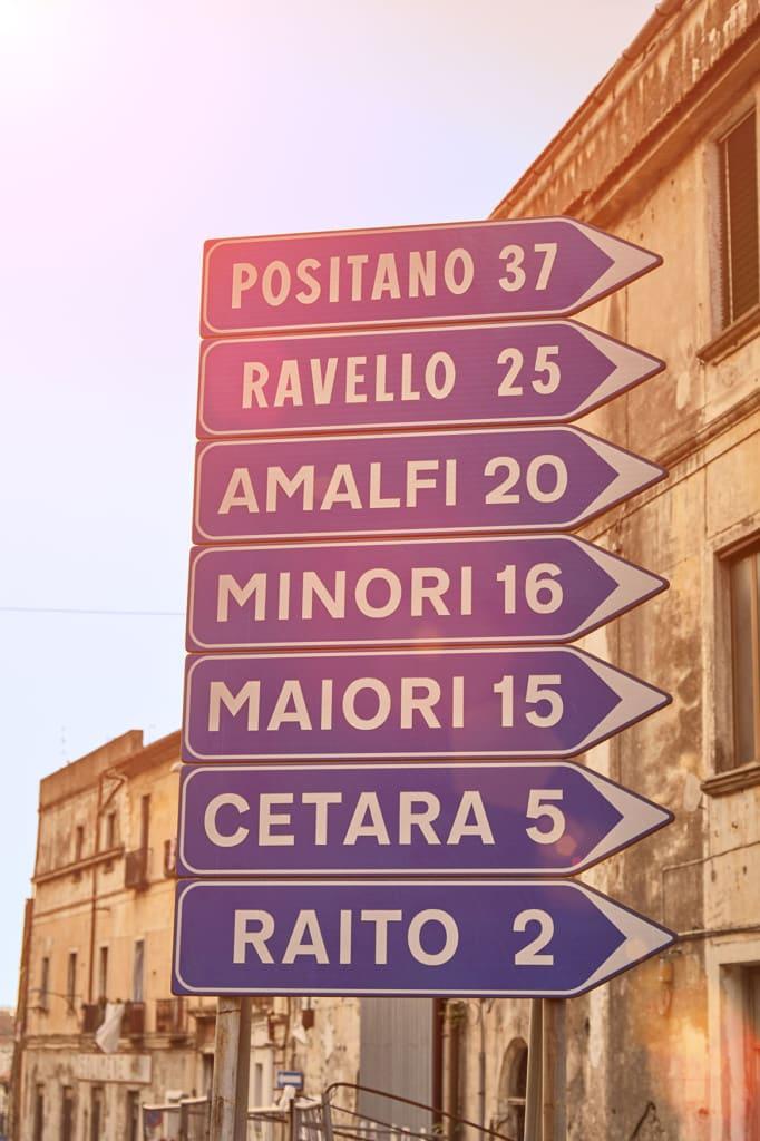 Verkehrsschild mit den Orten der Amalfiküste