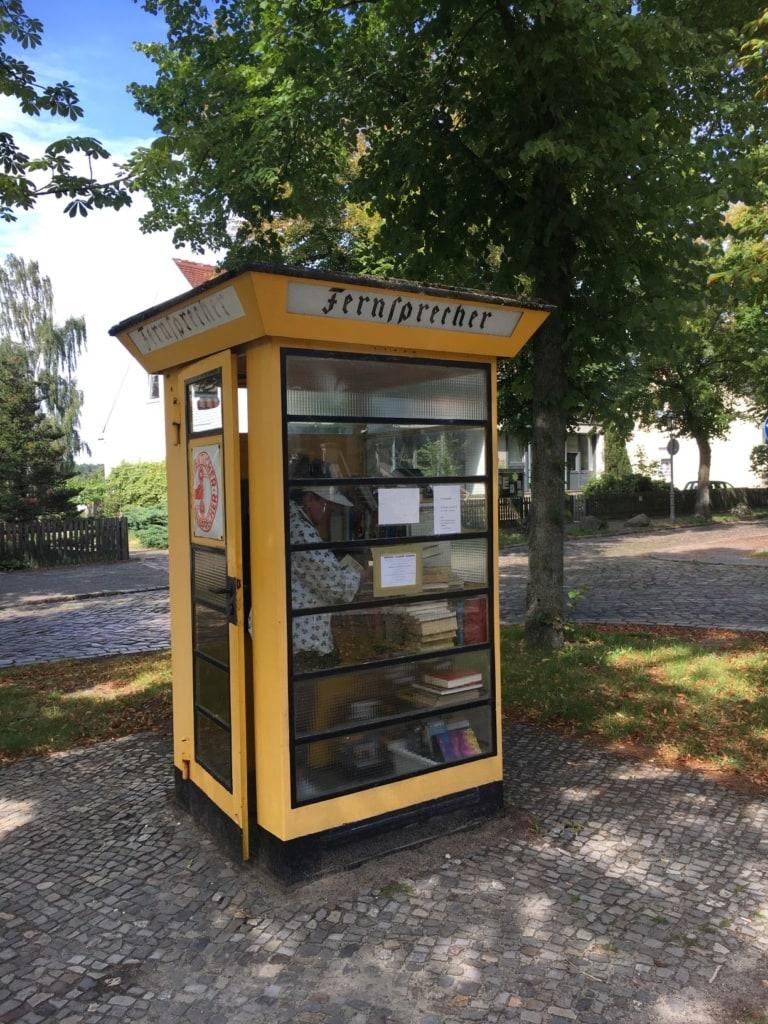 Bücherschrank in alter Telefonzelle in Alt-Lübars in Berlin