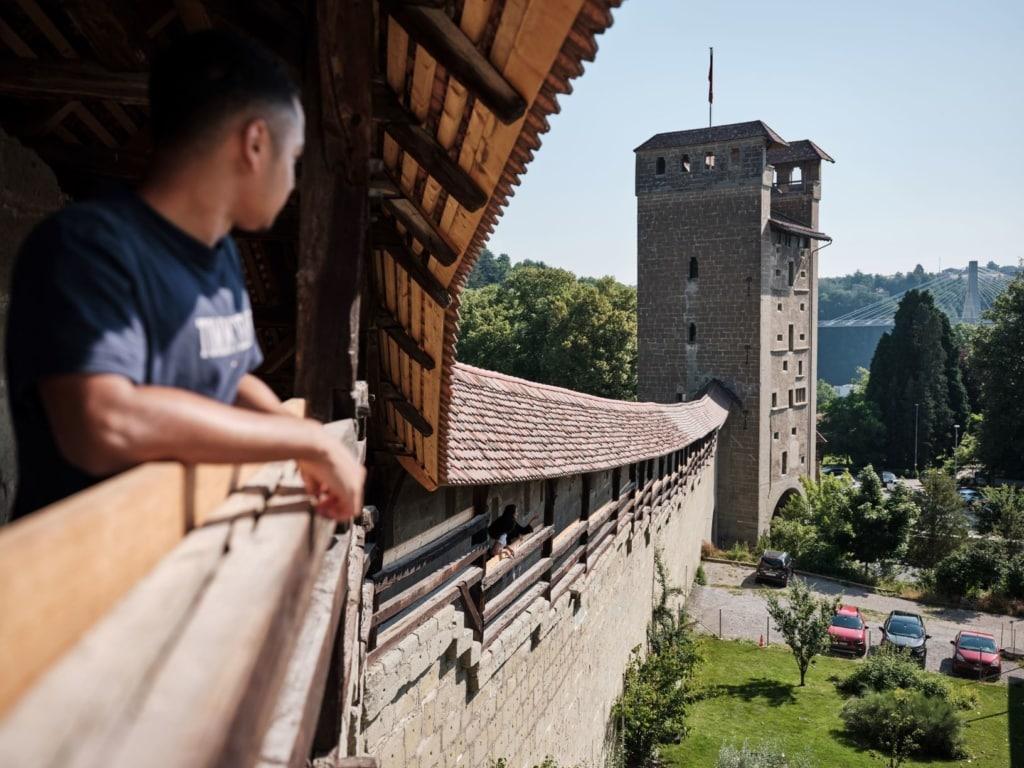 Besucher in mittelalterlicher Anlage in Freiburg, Schweiz