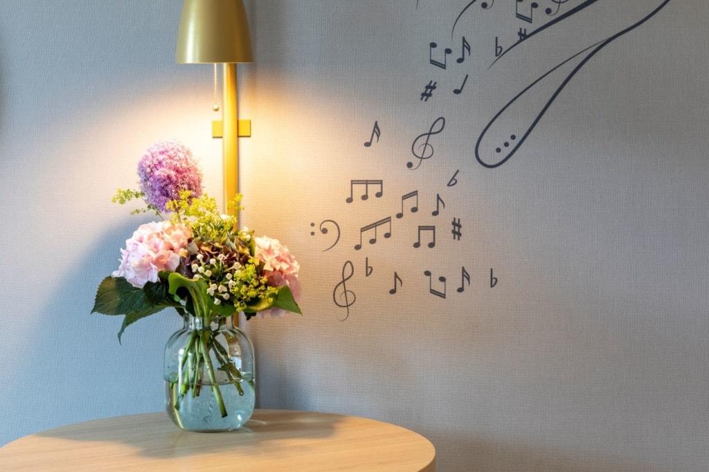 Blumenvase und Lampe im Fraser Suites Leipzig