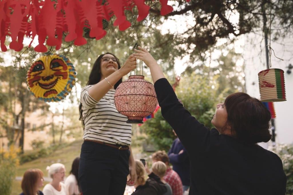 Schweden bei der Dekoration des Krebsfestes