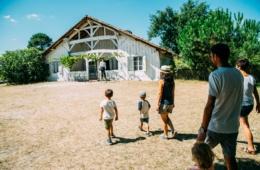 Tagesausflug an Frankreichs Atlantikküste:Familie im Ökomuseum Marquèze