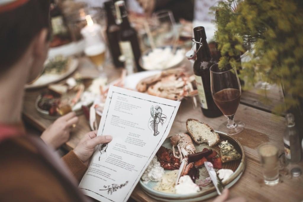 Gedeckter Tisch in Schweden beim Krebsfest