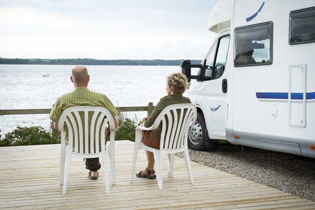 Älteres Ehepaar sitzt auf Campingstühlen am Mariager Camping