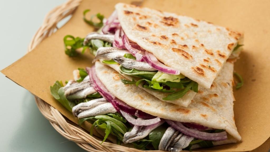Piadina mit Zwiebeln, Sardellen und Salat