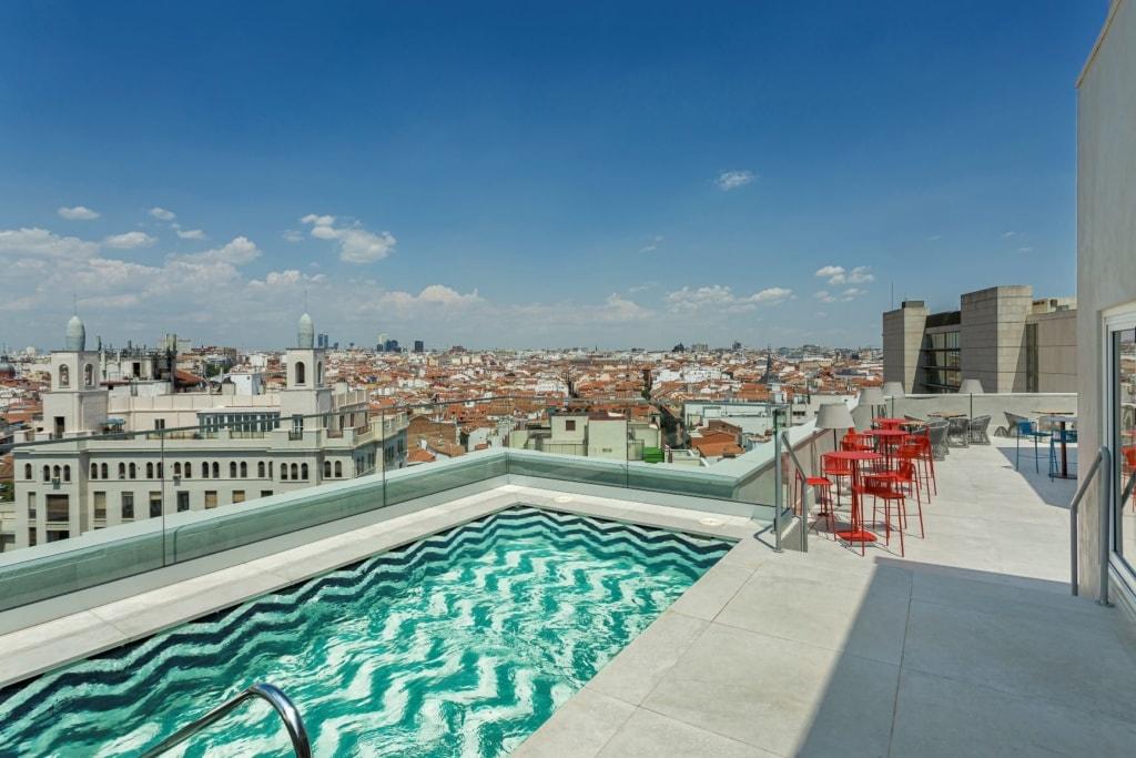 Pool auf dem Dach des Room Mate Macarena in Madrid