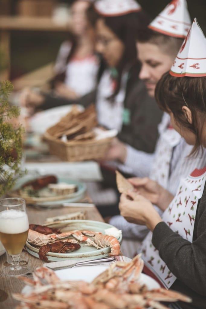 Schweden puhlen Krebse am Tisch