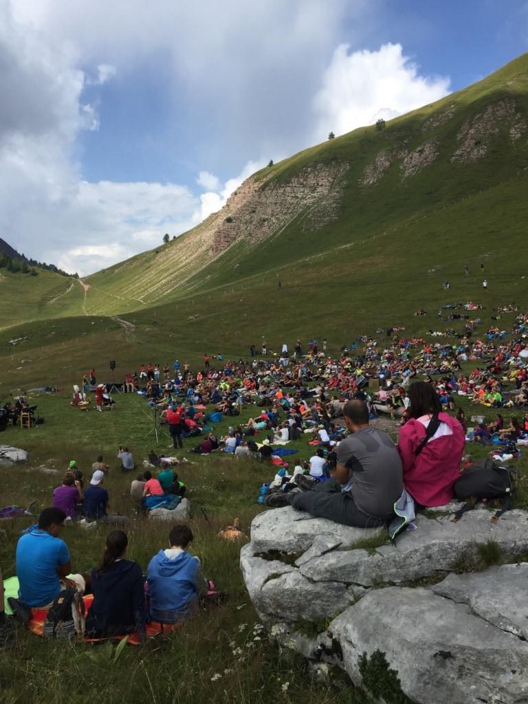 Das Publikum beim Sounds of the Dolomites amüsiert sich prächtig.