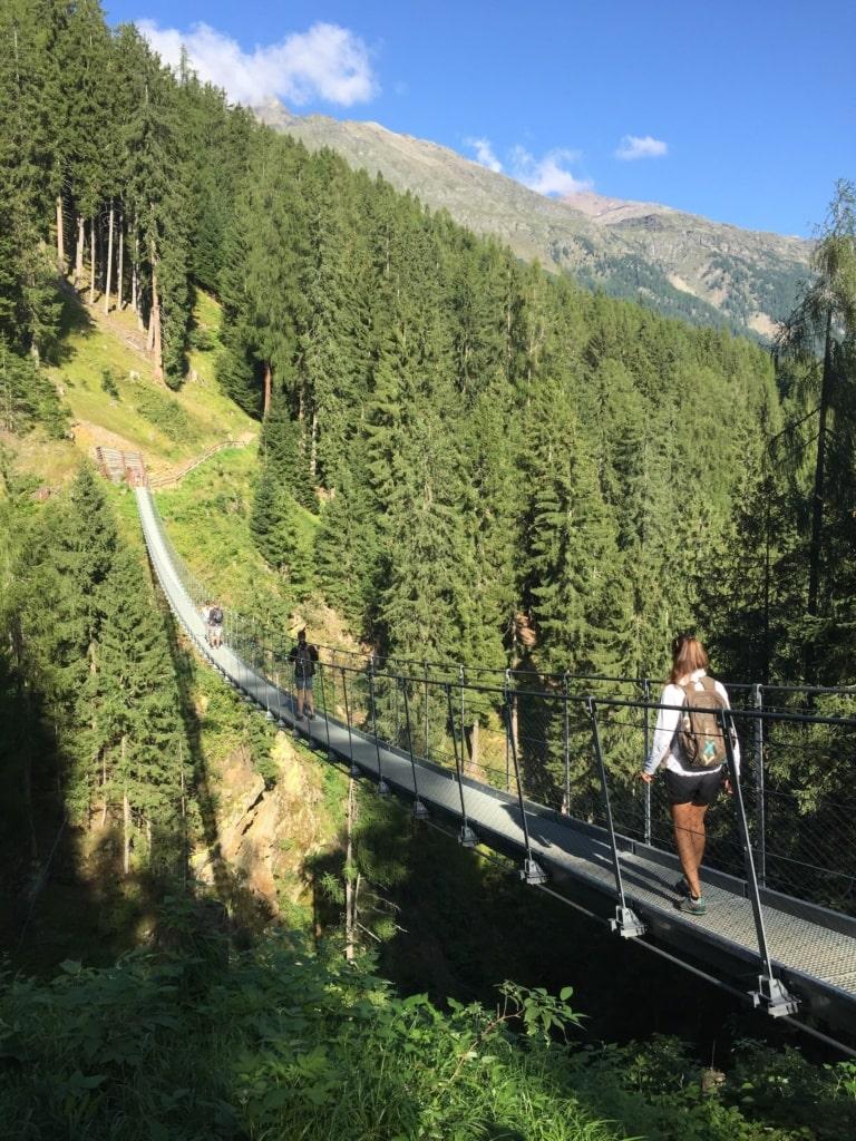 100 Meter ragt die Hängebrücke über das Val di Rabbi.