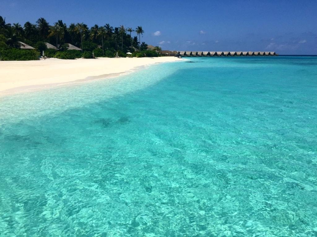 Strand auf der Insel Faarufushi auf den Malediven
