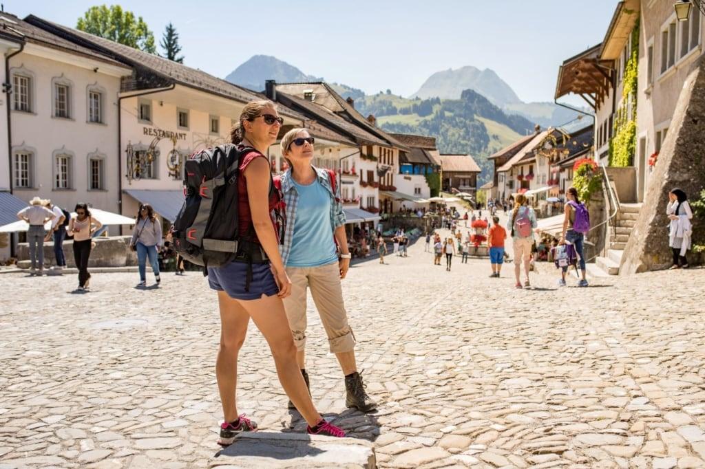 Zwei Frauen in Gruyeres beim Sightseeing