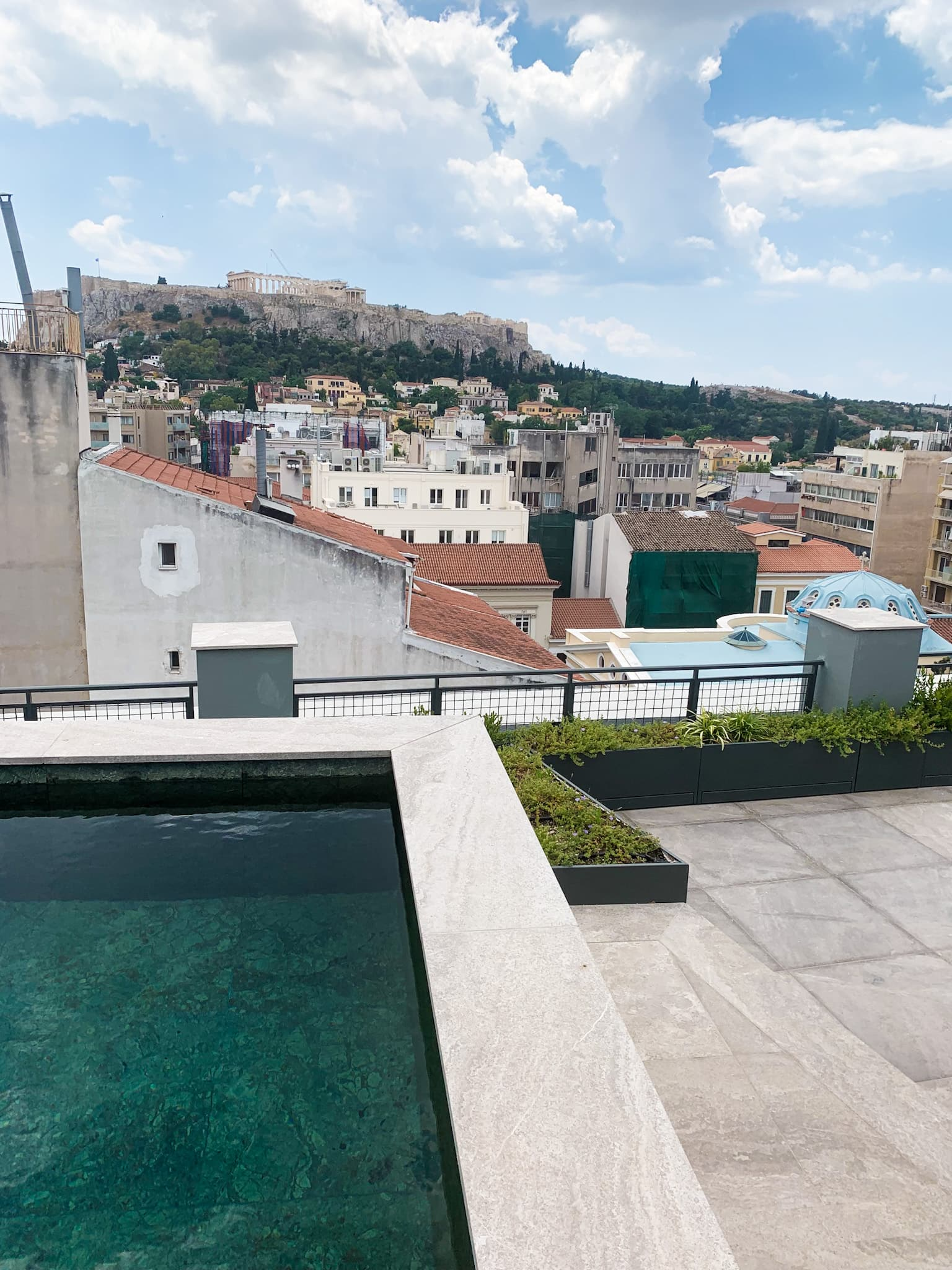 Von der Terrasse des Perianth genießt man einen tollen Blick auf die Akropolis in Athen