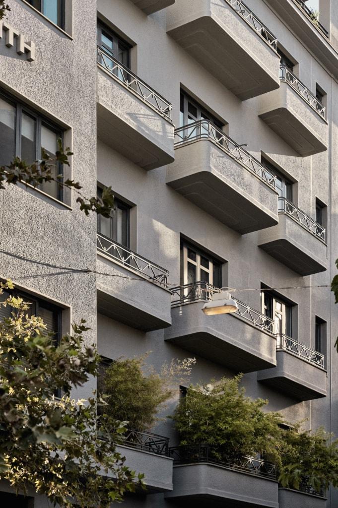 Die Außenfassade des Perianth Designhotels in Athen ist unscheinbar in Grau gehalten