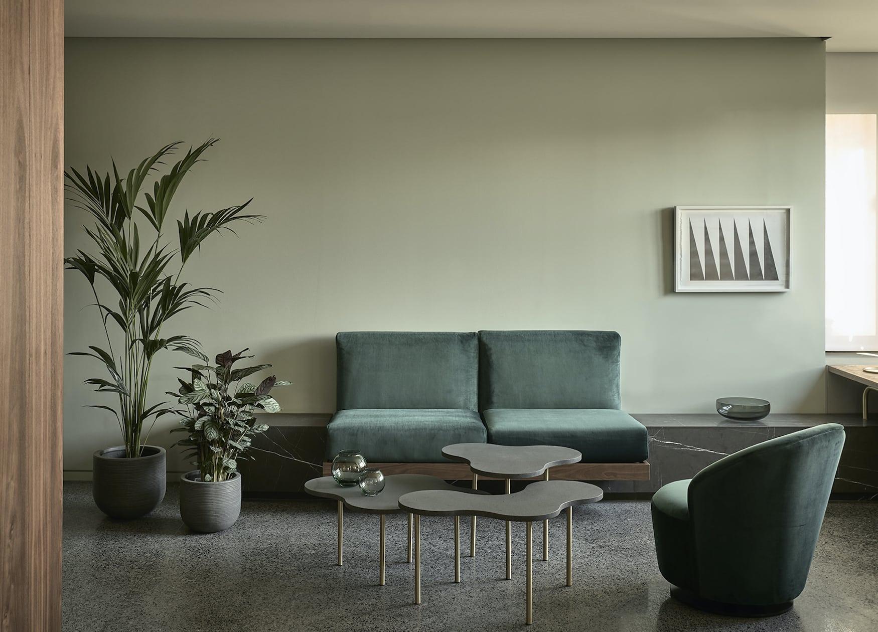 Gemütliche Sitzecke in modern eingerichtetem Hotelzimmer in Athen