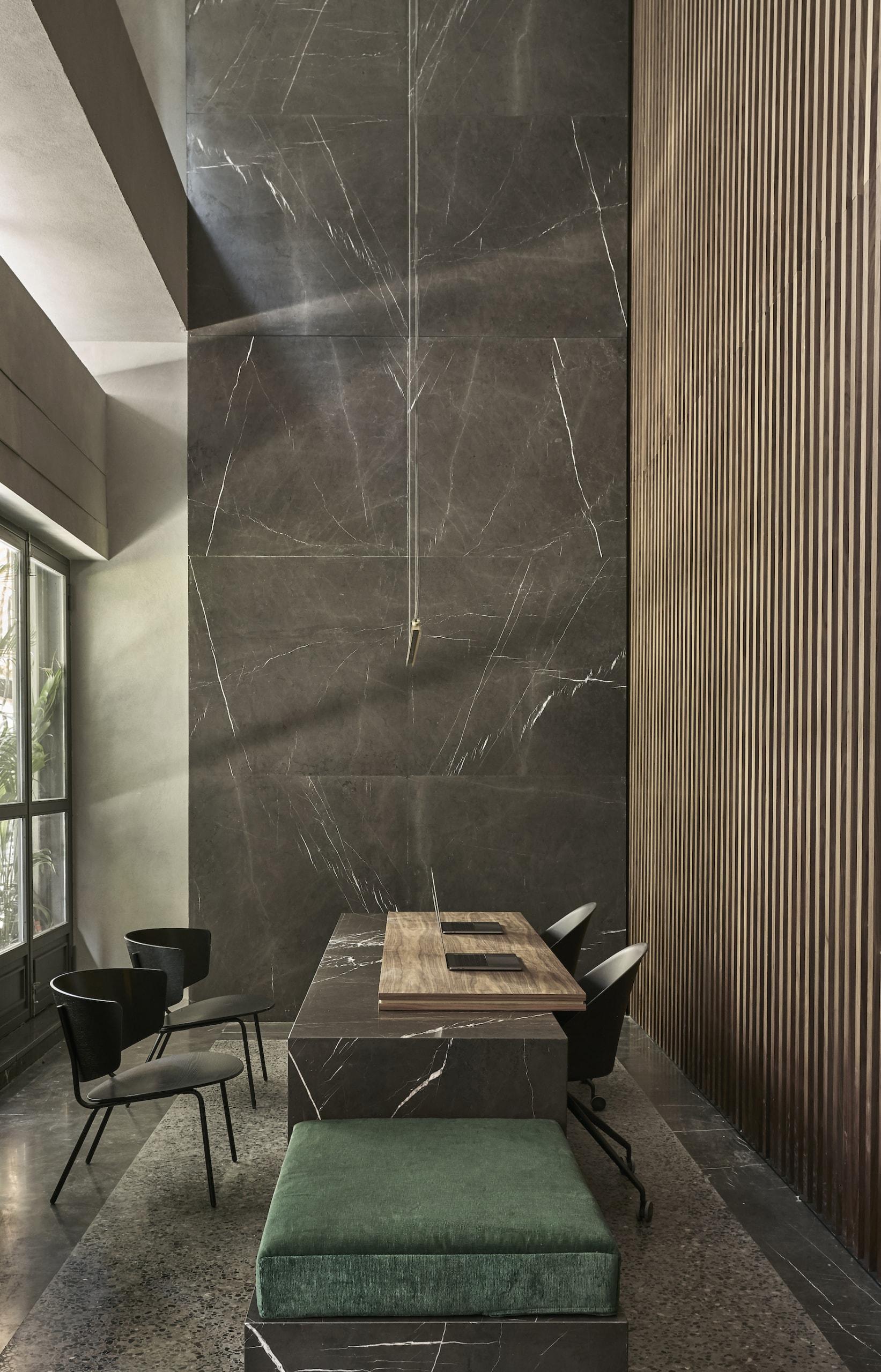 Dunkle Farben und glatte Oberflächen dominieren die Rezeption im Designhotel