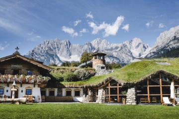 Über dem Hotel Stanglwirt erhebt sich die Tiroler Bergwelt.