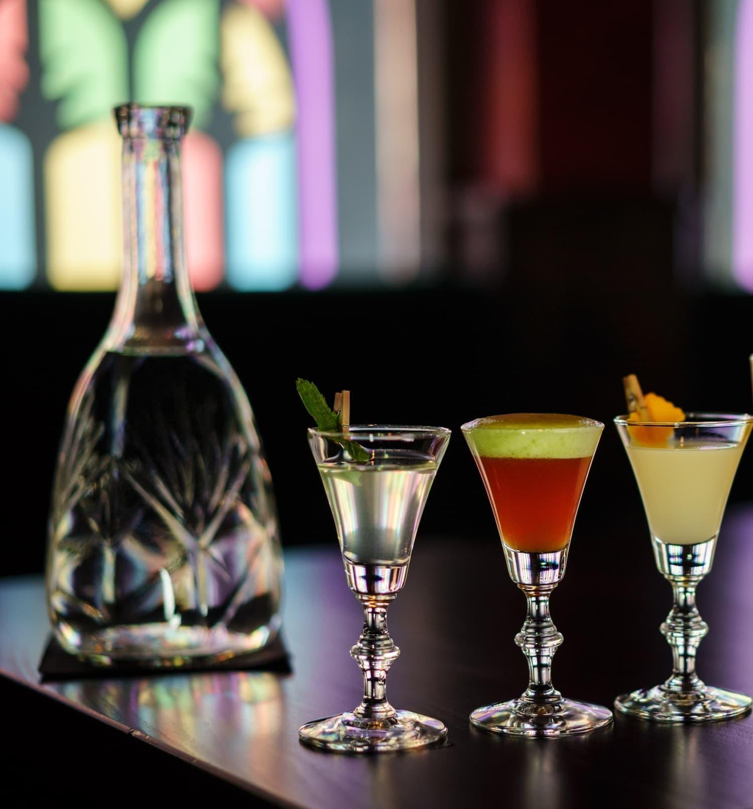 Im The Chug Club in Hamburg werden Cocktails als Überraschungsflight in Probiergröße serviert