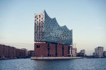 Die Elbphilharmonie in Hamburg ist besonders schön vom Wasser aus zu sehen.