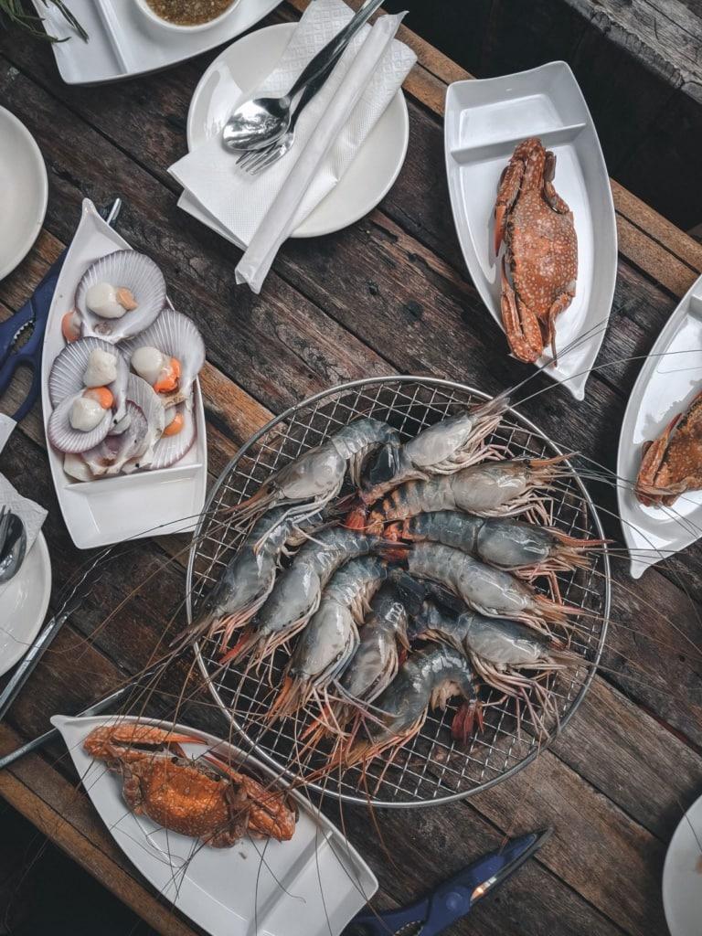 Fisch liegt auf einem Tisch