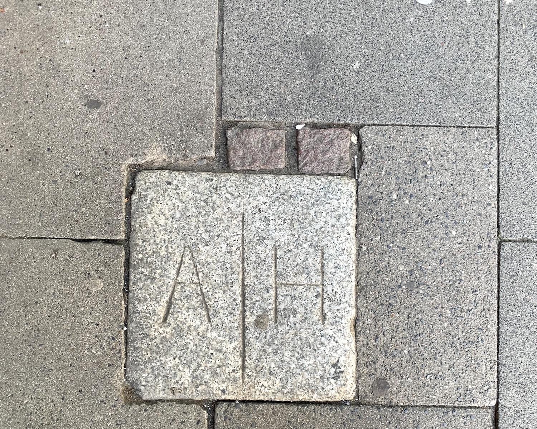 In Hamburg-Altona finden sich viele Grenzsteine auf dem Bürgersteig.