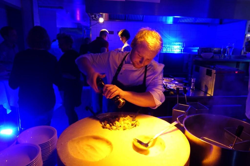Spezialitäten aus Europa: Hotelier Marc Traubel beim Zubereiten der Kässpatzen
