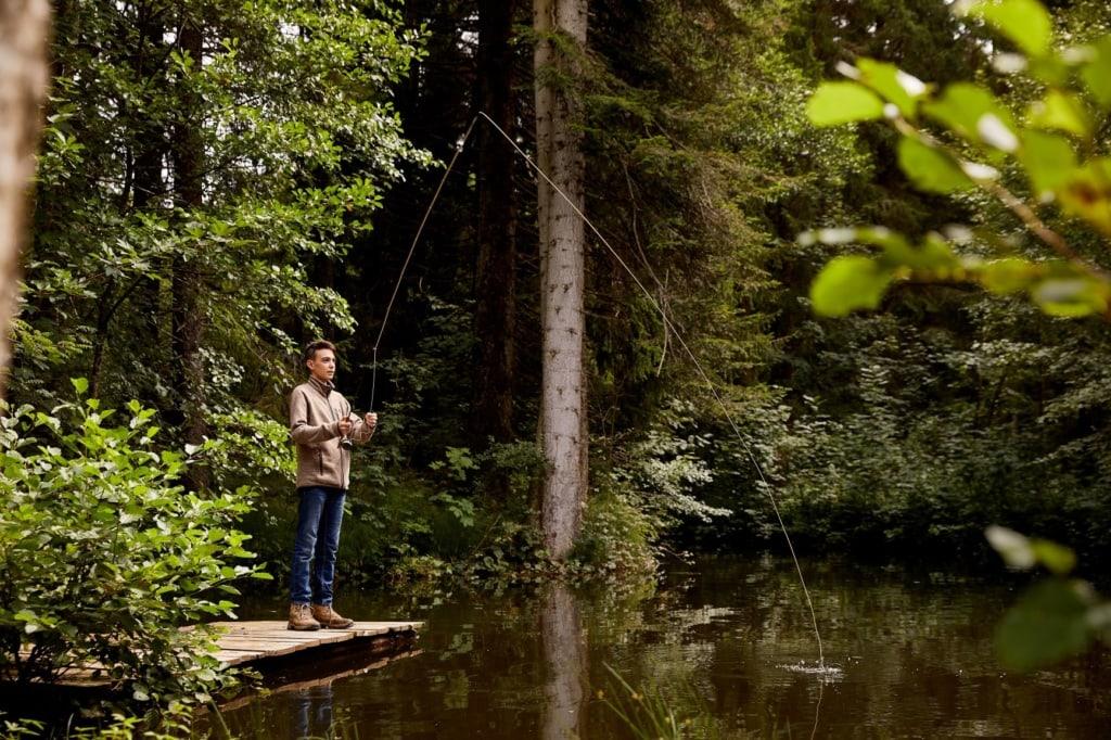 Junge beim Angeln im Wald