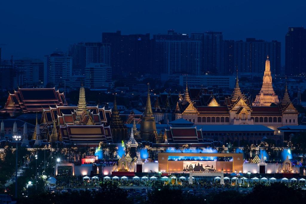 Skyline von Bangkok mit Palast bei Nacht