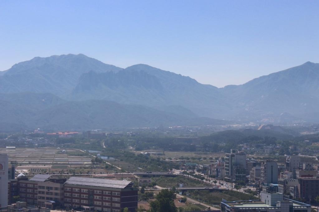 Die Sokcho Berge in Südkorea ragen in den heißen Sommerhimmel. Auch hier stoppte unser Autor auf seiner Südkorea-Reise.