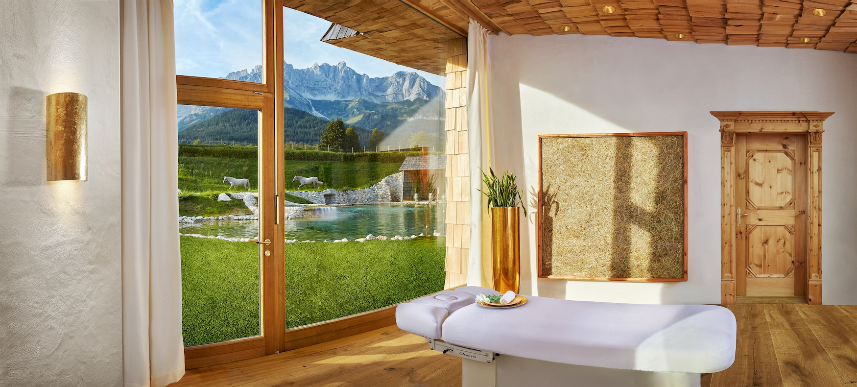 In der Spa-Suite des Stanglwirt lässt es sich bei einer Massage entspannen