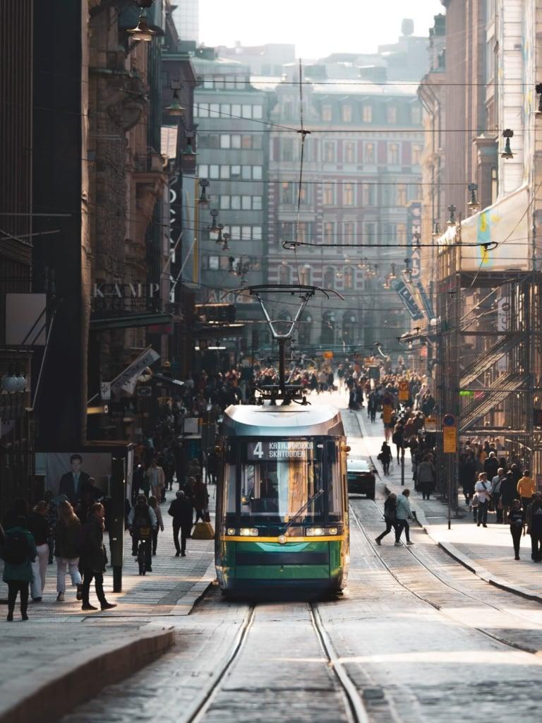 Belebte Straße in der Innenstadt von Helsinki