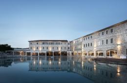 Blick auf Pool und Fassade der Terme di Saturnia