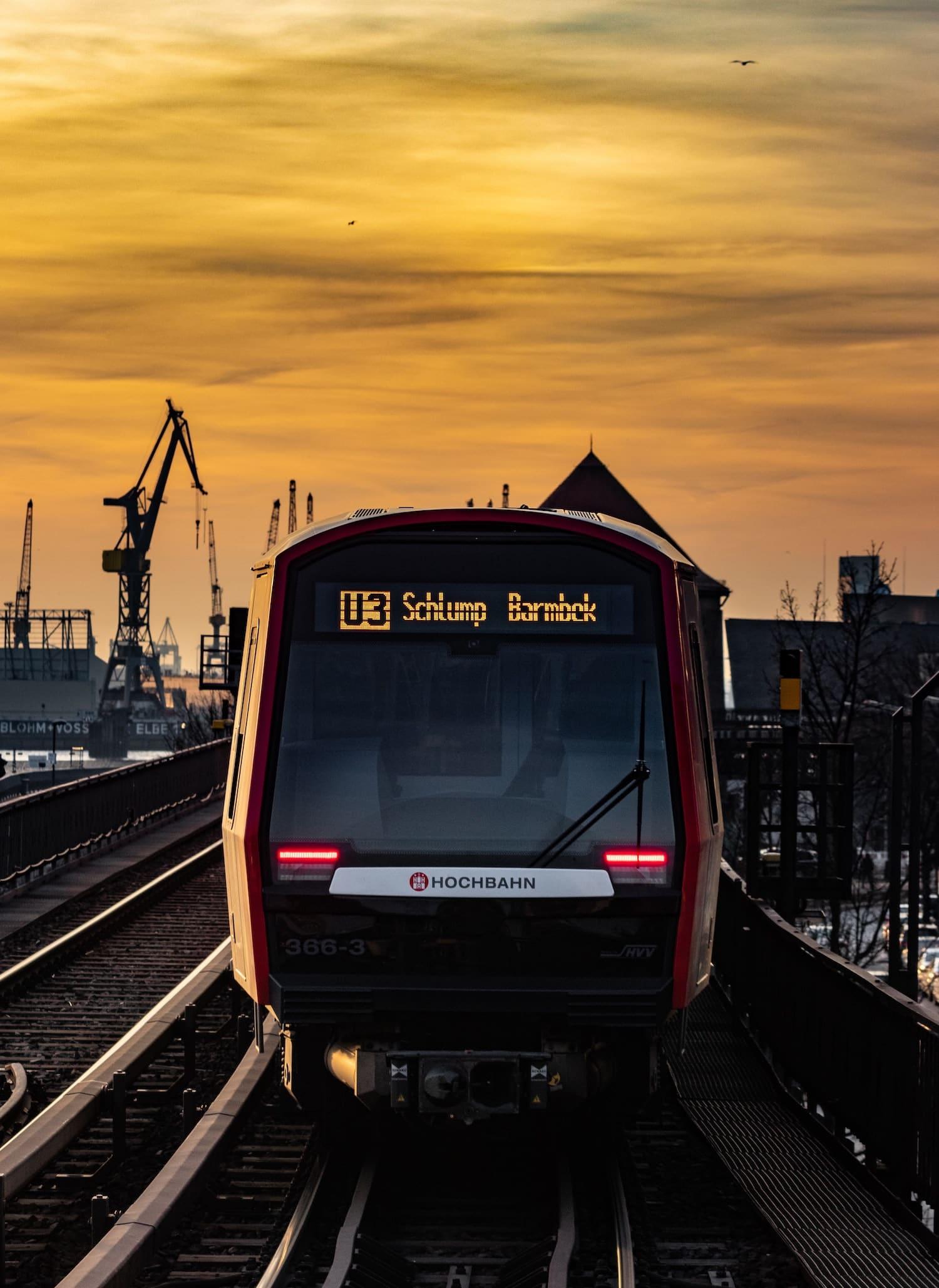 Mit der U 3 fahren Touristen an allen Sehenswürdigkeiten in Hamburg wie den Landungsbrücken vorbei