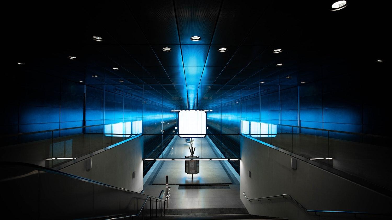 Die U-Bahn-Station Quartier Hafencity in Hamburg ist kunstvoll erleuchtet