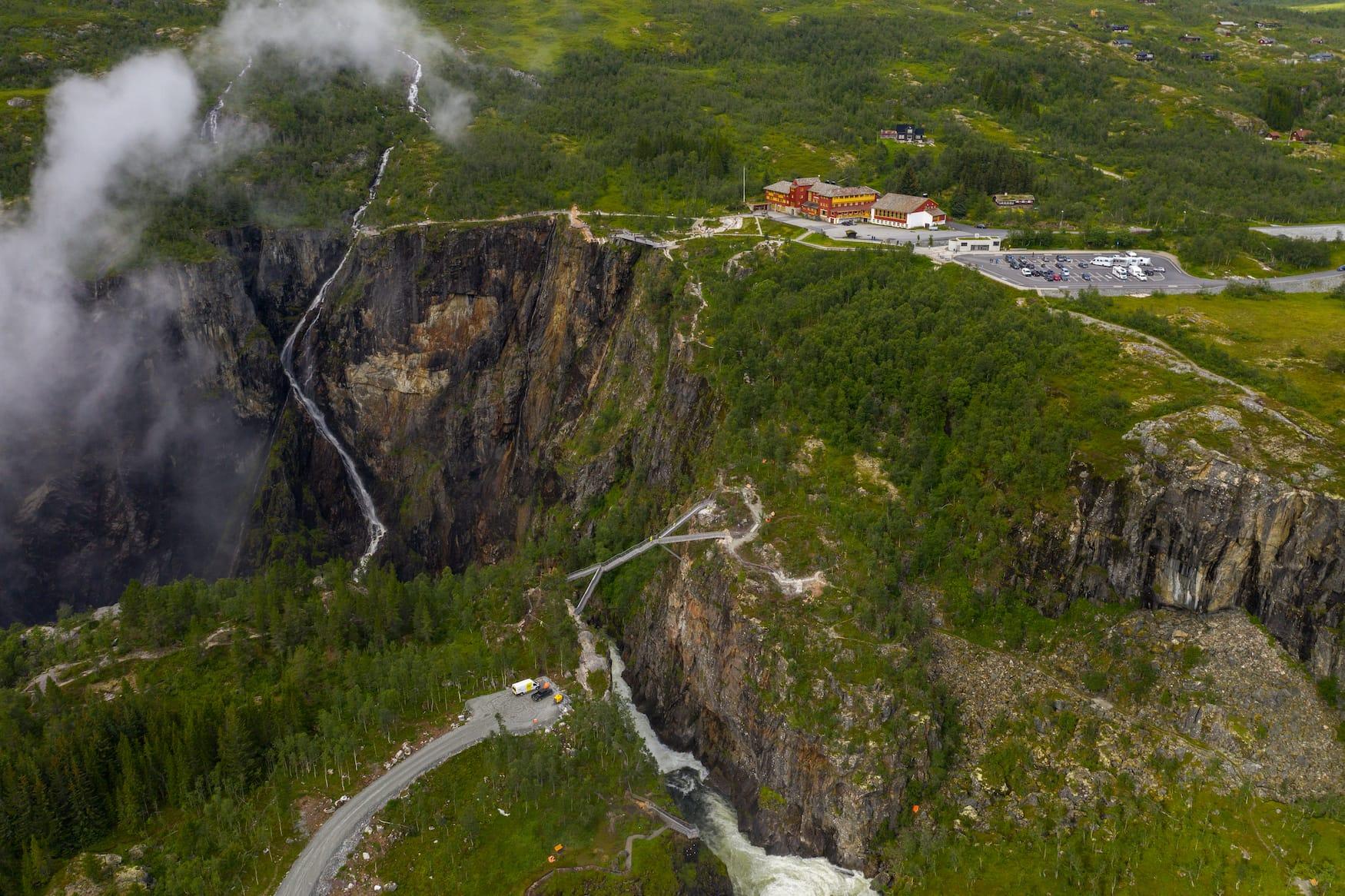 Mitten in norwegischer Landschaft führt nun eine Brücke über den Voringsfossen Wasserfall