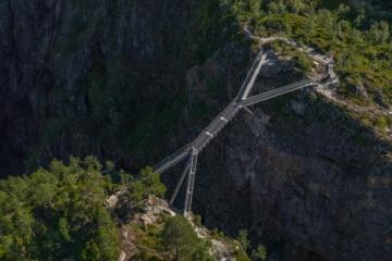 Eine Brücke führt über eine Schlucht beim Voringsfossen-Wasserfall in Norwegen