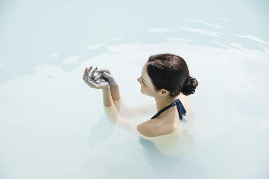 Frau in einem Thermalbad in der Terme di Saturnia